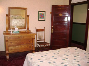 Huckleberry Queen Guest Room 9
